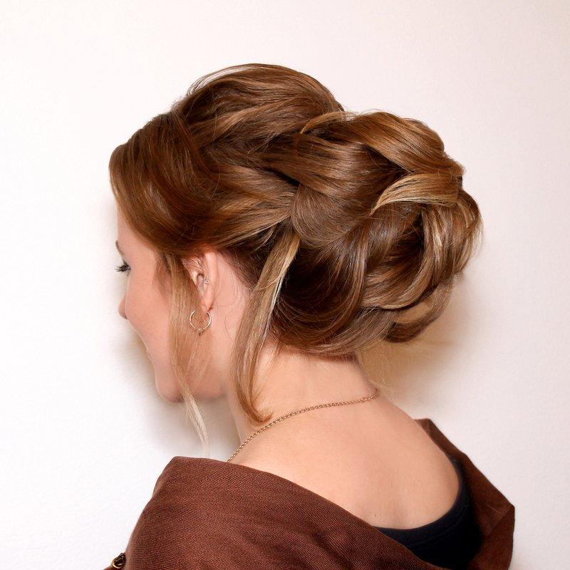 Laag knotje op lang haar