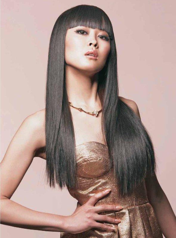 Mergina tiesiais ilgais plaukais ir tiesiais kirpčiukais