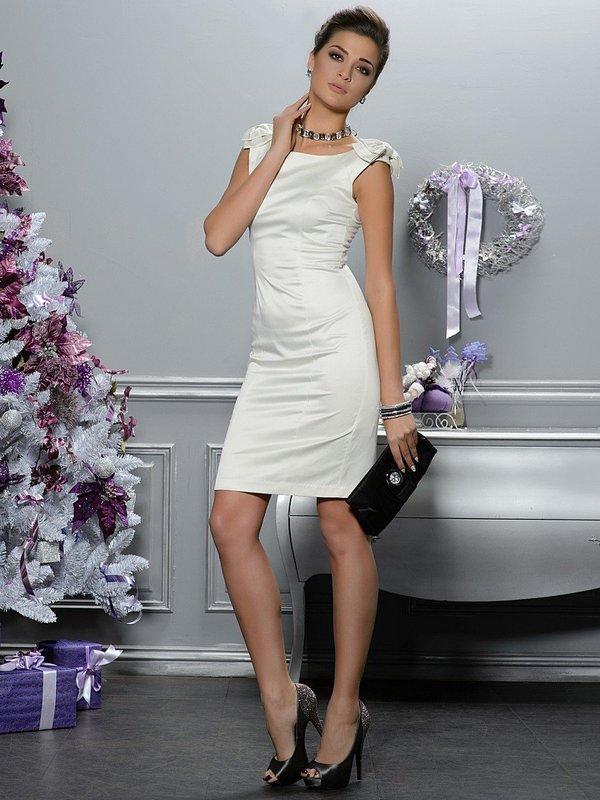 Meisje in een witte jurk van de cocktailschede