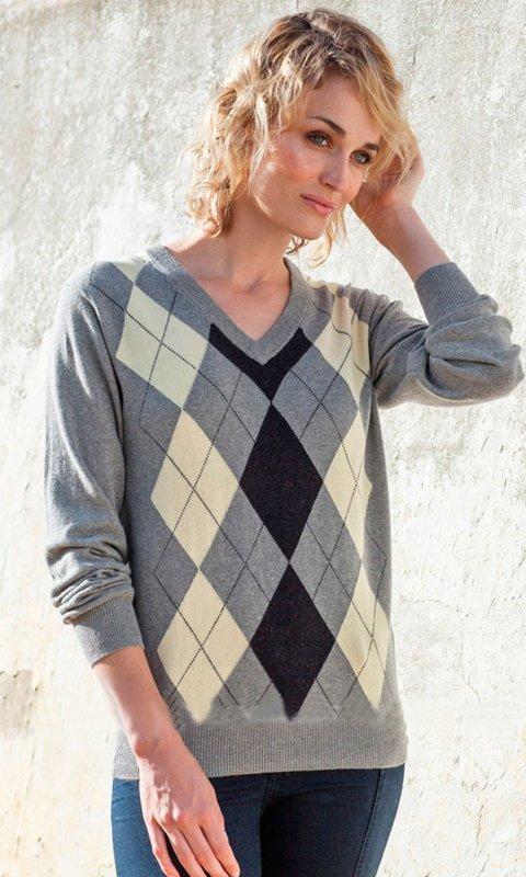 Meisje in een trui met een ruitpatroon