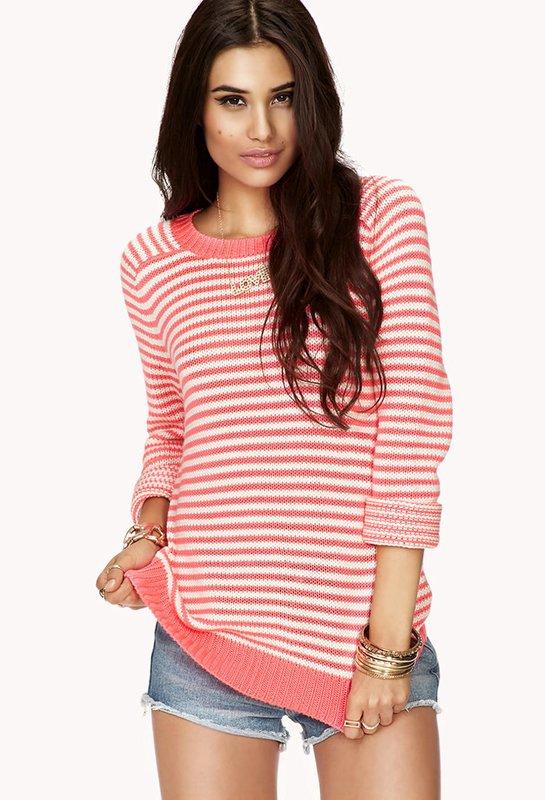 Meisje in een horizontale gestreepte trui en shorts.