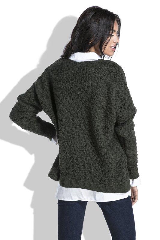 Meisje in oversized trui dragen van een shirt