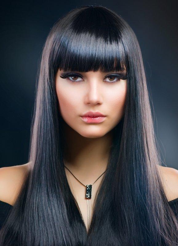 Mergaitė su tiesiu kirpčiuku ir ilgais tiesiais plaukais