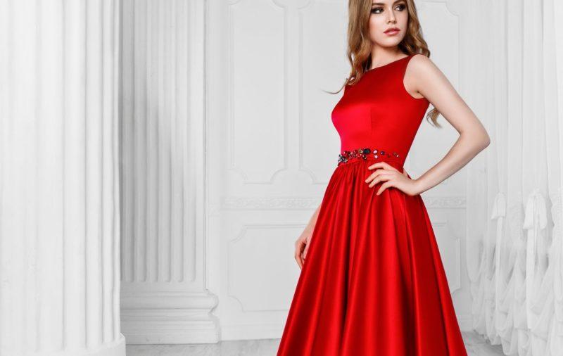 Meisje in een rode cocktailjurk
