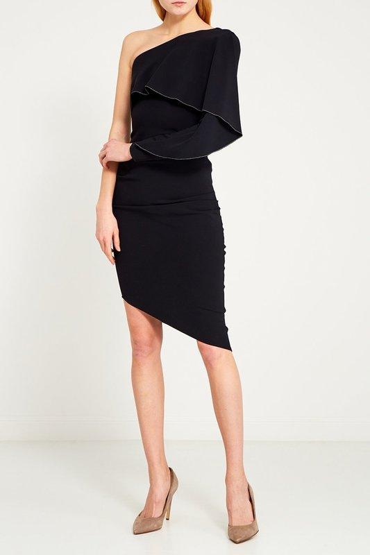 Meisje in een zwarte cocktailjurk met een asymmetrische snit op de rok
