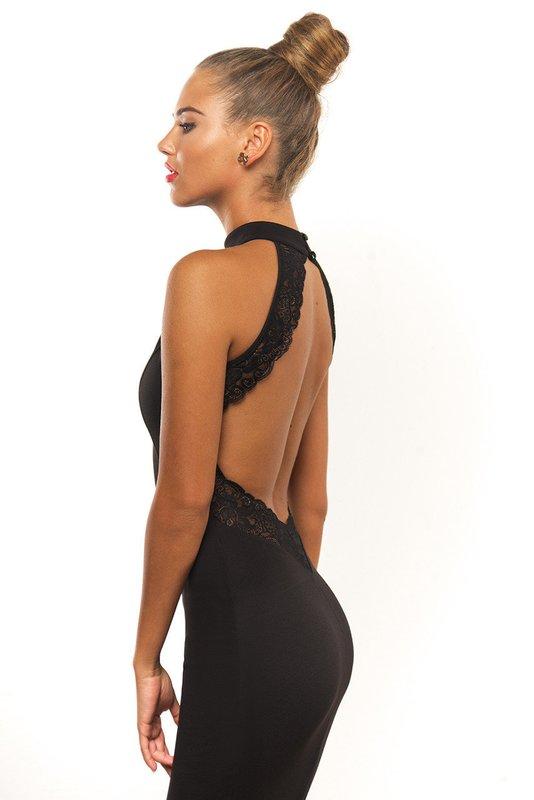 Meisje in een zwarte cocktailjurk met kanten halslijn op haar rug