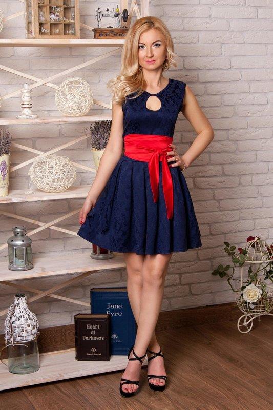 Meisje in een blauw met een rode riemcocktailkleding