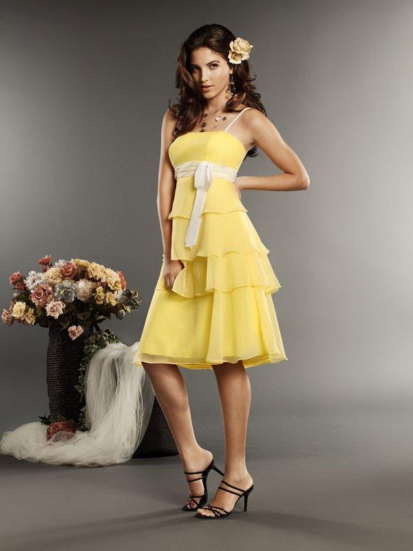 Meisje in een gele cocktailjurk A-silhouet