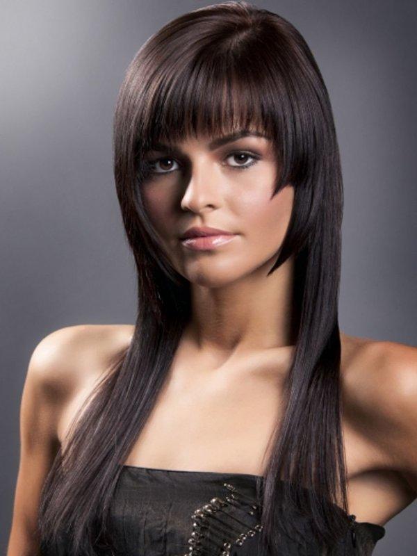 Mergaitė su kirpčiukais ir šukuosenos beanie ant ilgų plaukų
