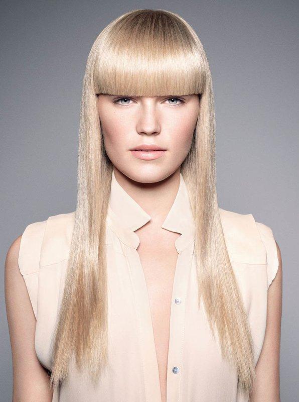 Mergina ilgais tiesiais plaukais ir ilgais kirpčiukais