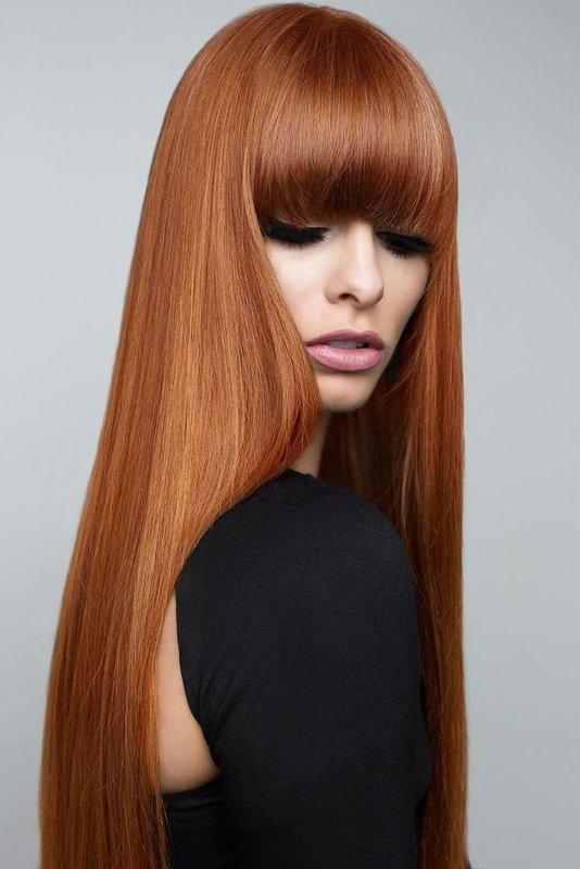 Mergaitė su tiesiais ilgais plaukais ir tiesia ilgu sprogimu