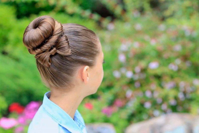 Meisje met een kapsel op lang haar