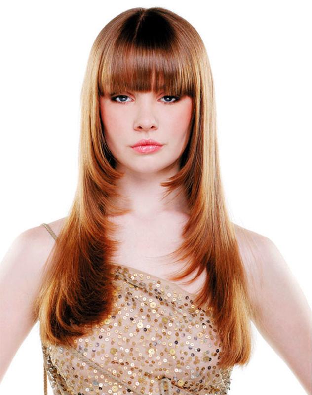 Mergaitė su kirpčiukais ir šukuosenos kopėčiomis ant ilgų plaukų