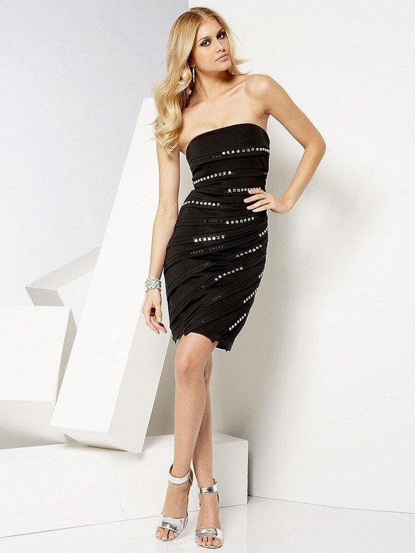 Meisje in een zwarte bustier jurk