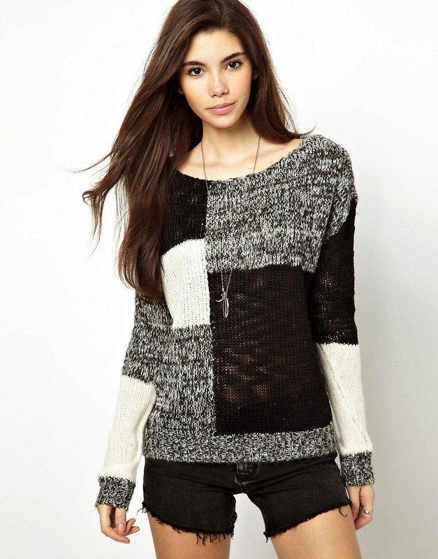 Meisje in een trui in patchworkstijl