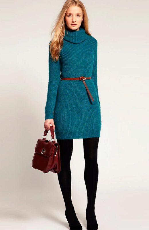 Meisje in een sweaterjurk met een dunne riem