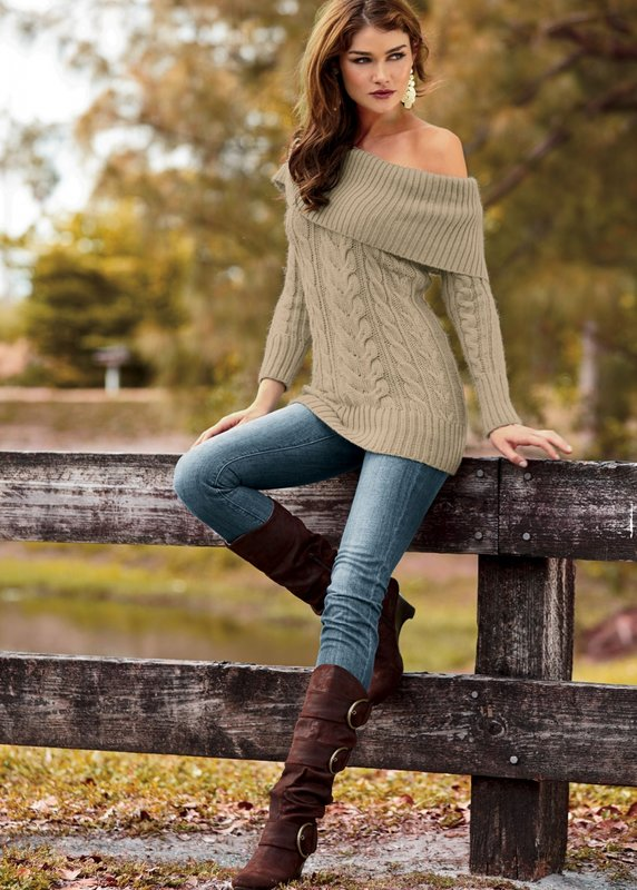 Meisje in een trui met blote schouders en jeans