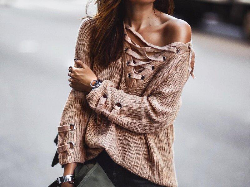 Sweater met veter op de borst en mouwen