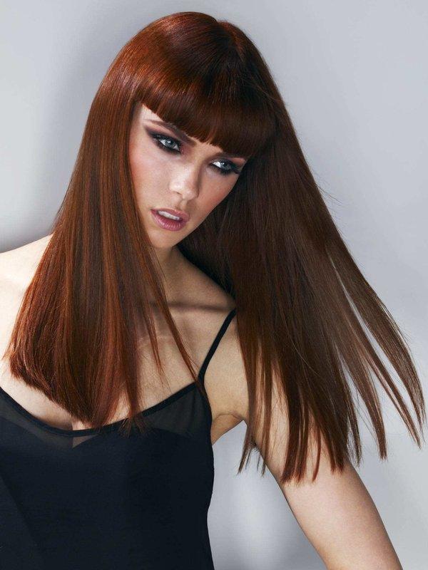 Mergaitė ilgais tiesiais plaukais ir vidutiniškai ilgais kirpčiukais