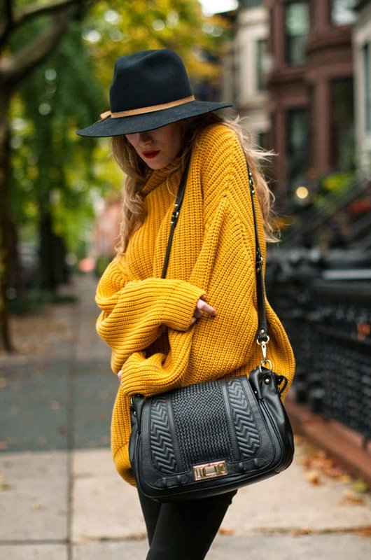 Meisje in een felgele trui