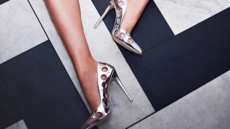 Sidabriniai batai su skylutėmis