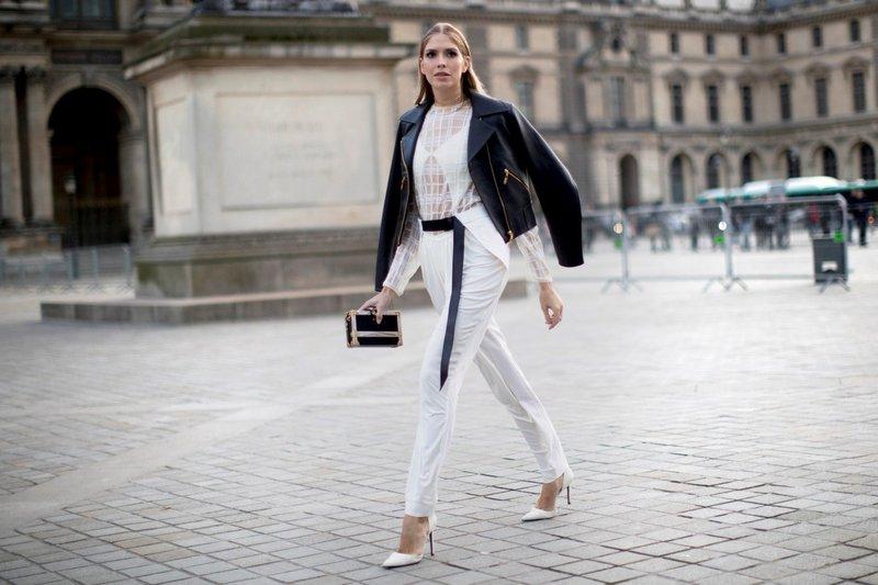 Witte broek met een riem