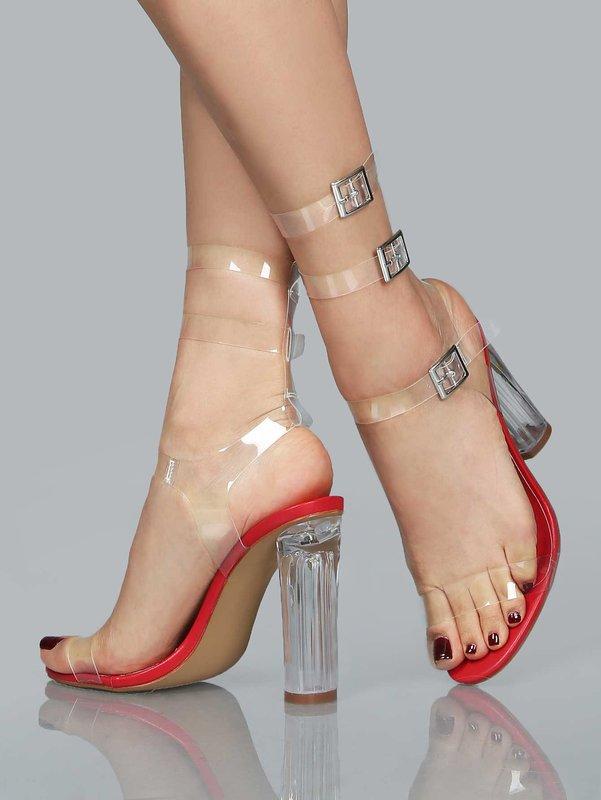 Meisje in volledig transparante schoenen met gespen