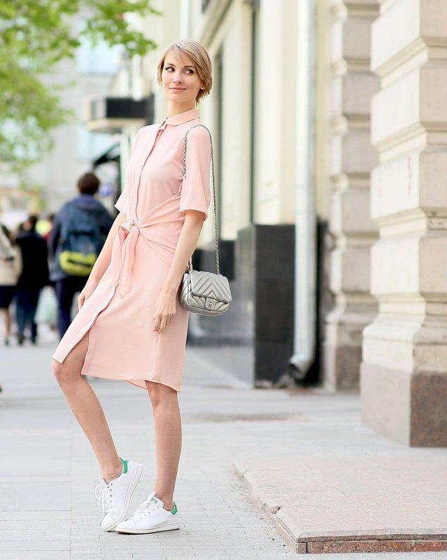 Meisje in sneakers en jurk