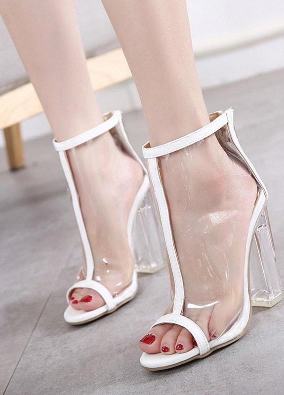 Meisje in volledig transparante schoenen met een transparante hak