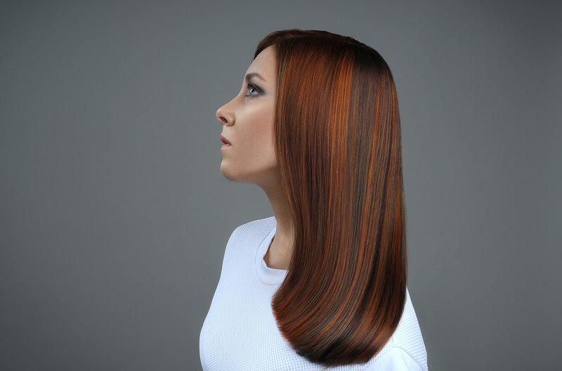 Mergaitė su tiesiais, vidutinio ilgio plaukais