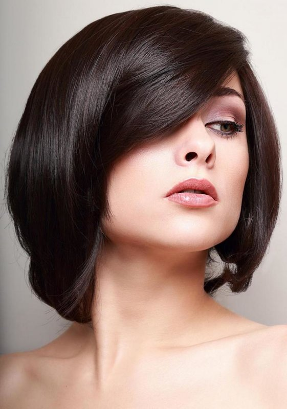Mergaitė su kirpimu ant vidutinių plaukų