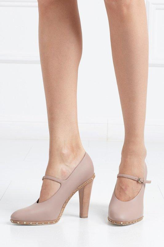 Meisje in schoenen met een riem in de lift