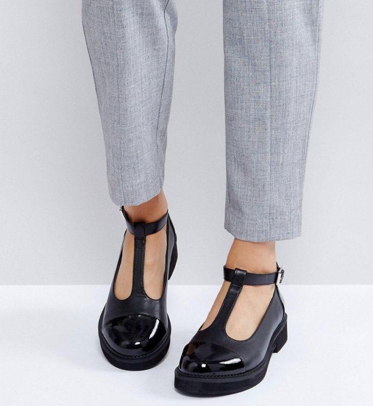 Meisje in platte schoenen met een T-riem