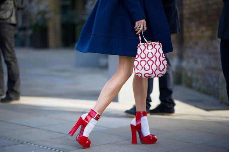 Raudoni batai su baltomis kojinėmis