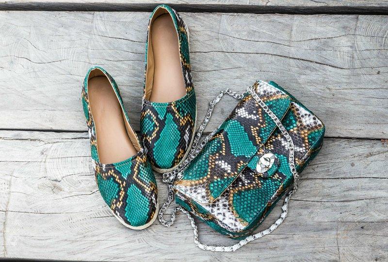 Ryškus rudens roplių odos batų modelis