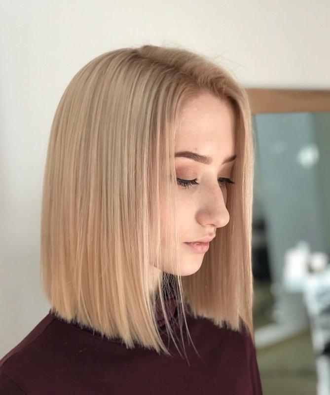 Mergina tiesiais plaukais iki pečių be kirpčiukų