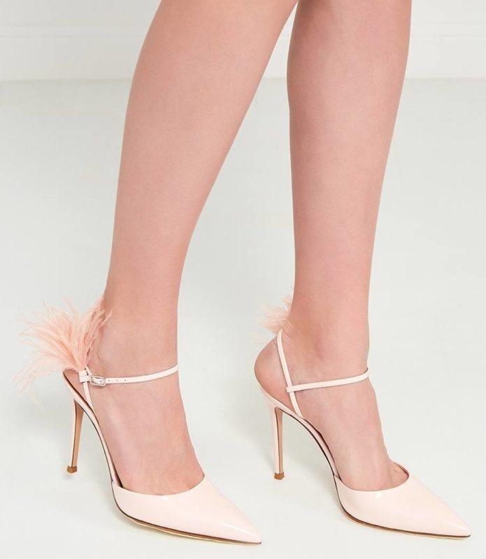 Meisjes in schoenen met veren op de riem