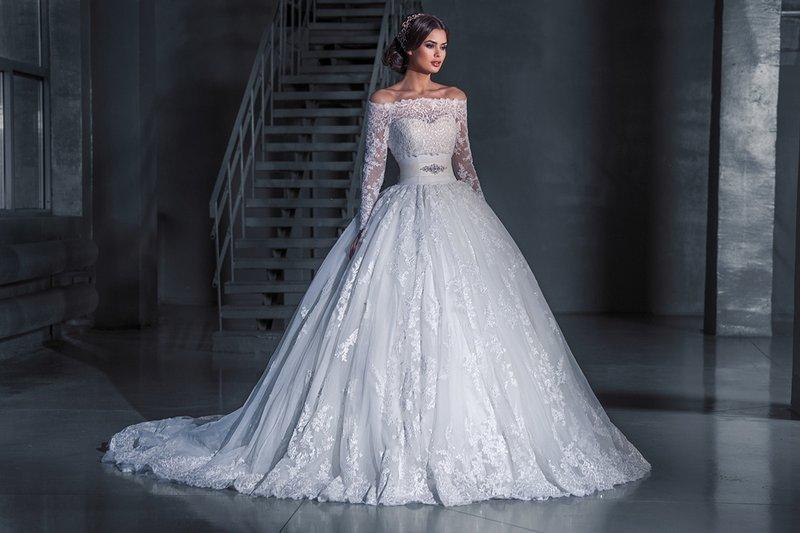 Witte gezwollen trouwjurk