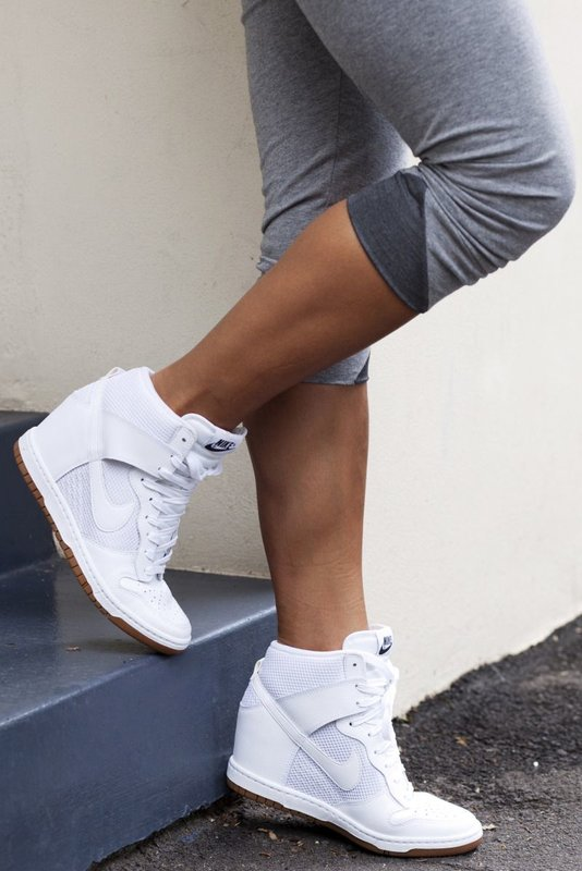 Meisje in sneakers op een wig