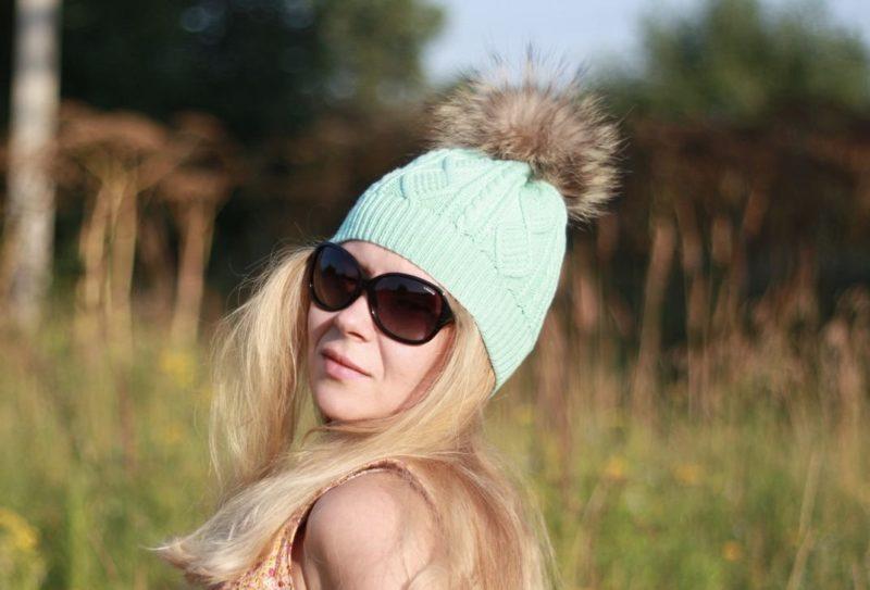 Mėtų skrybėlė ant blondinės