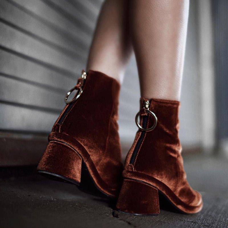 Stilingi aksominiai batai