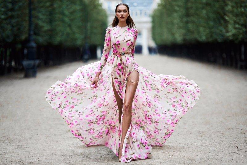 Įspūdinga suknelė su plyšiais