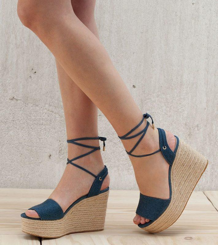 Meisje in textiel wedge sandalen.