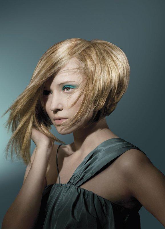 Mergaitė su asimetrine pupele vidutiniams plaukams
