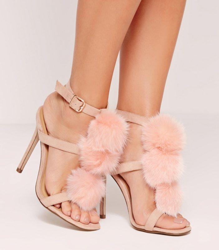 Meisje in sandalen met pompons