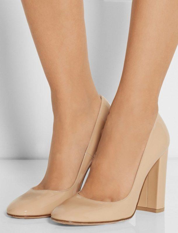 Meisje in schoenen met stabiele hakken