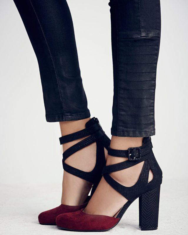 Meisje in schoenen met stevige hielriemen