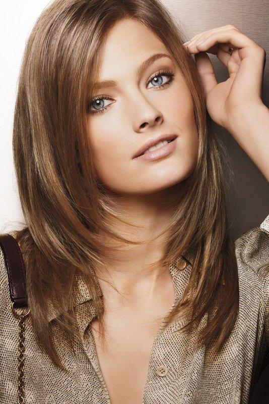 Šukuosenos kopėčios vidutinio ilgio plaukams be kirpčiukų