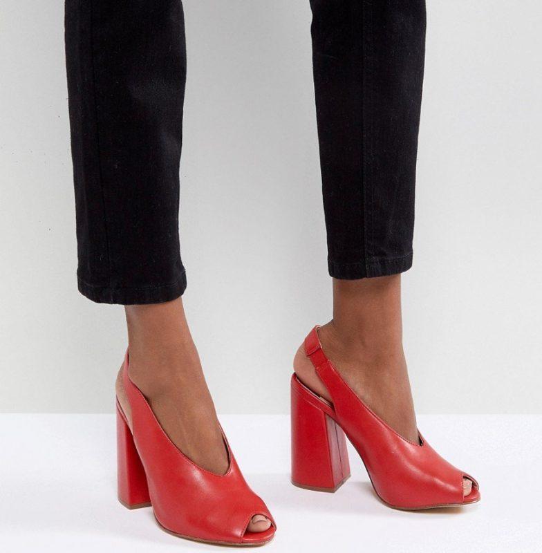 Meisje in schoenen met een hielriem