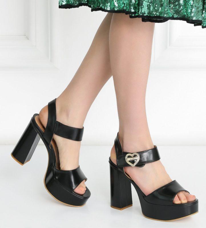 Meisje in sandalen met enkelband op een stabiele hak